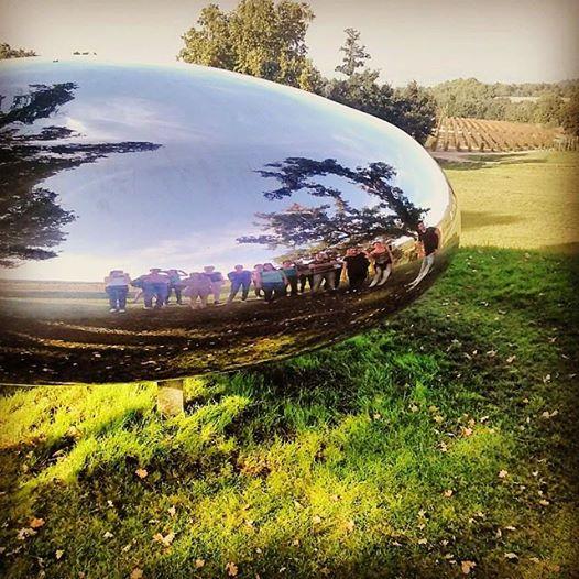 La classe de Licence Professionnelle Oenotourisme de l'Université de Nîmes, se reflétant dans La Drop, de Tom Shannon